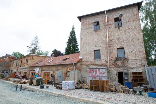 Der Dreigeschosser rechts ist das Turmhaus. Das Gebäude ist rund 130 Jahre alt und war Teil des Pferdestalls der Hempel-Fabrikanten. Der Unikat-Verein will dort altes Handwerk pflegen.
