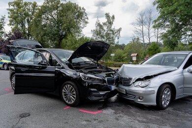 Bei dem BMW, einem Hybrid-Fahrzeug, musste vonden Feuerwehrleuten auch die Hauptleitung der Stromversorgung unterbrochen werden. Nach ersten Erkenntnissen wollte der Mercedes von der Auerbacher Straße auf die Kohlenstraße abbiegen und übersah den BMW.