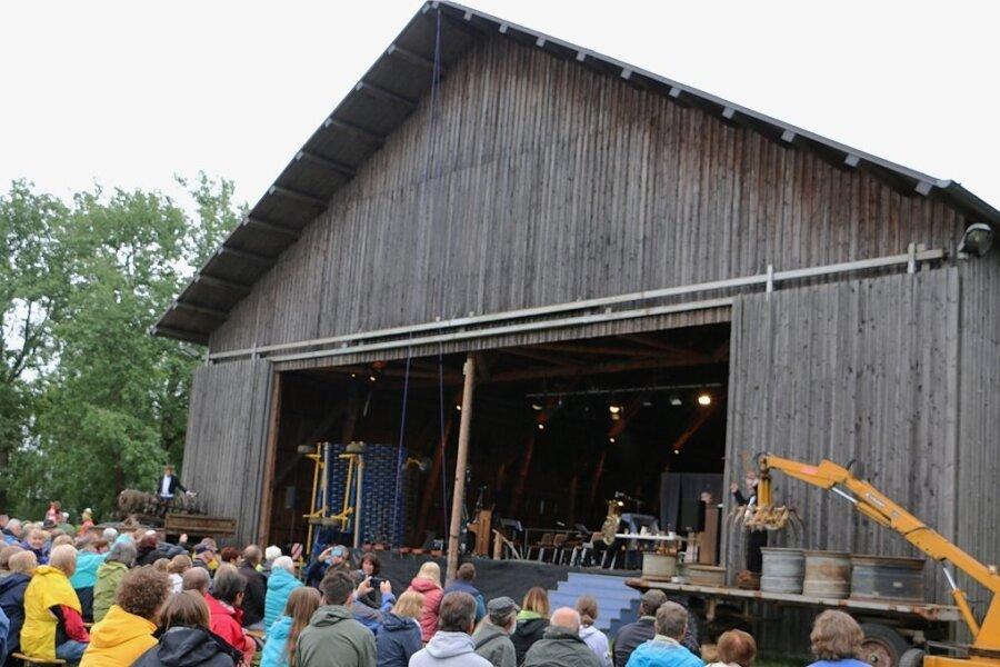 Immer wieder ein Erlebnis: Die Landmaschinensinfonie - aufgeführt bei den Stelzenfestspielen bei Reuth. In diesem Jahr nahm das Publikum vor der Festspielscheune Platz.