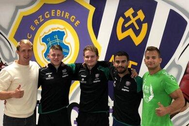 Die Landestrainer Florian Rau (links) und Zsombor Gulyas (rechts) prüften die Trainerqualitäten der Auer Talente Max Becher, Jakob Barth und Amir Dastouri (Mitte von links) auf Herz und Nieren.