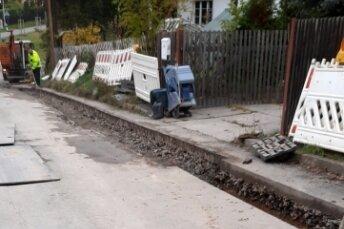 Im Oktober gab's die Chance, Straßenlicht-Kabel mit in einen Graben zu packen. Jetzt ist der Graben zu - ohne Straßenlicht.