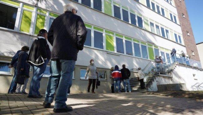 Auch vor dem Testzentrum in der Friedrich-Ebert-Straße in Auerbach bildete sich am Montag eine lange Schlange.