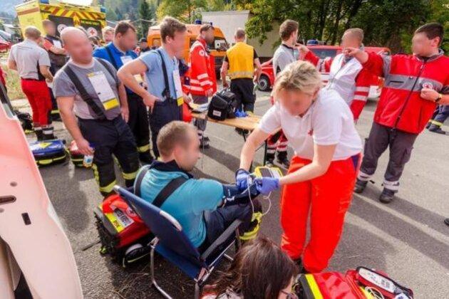 Einsatzkräfte des Rettungs- und Katastrophendienstes checkten am Dienstag die am Brandbekämpfungseinsatz beteiligten Feuerwehrleute und Polizeibeamten auf dem Hof durch.