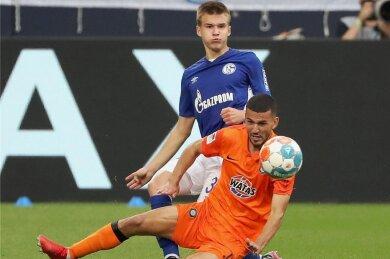Sommerneuzugang Soufiane Messeguem (vorn) hat beim FC Erzgebirge Aue mit starken Leistungen überzeugt. Beim 1:1 auf Schalke (hier gegen Jaroslaw Michailow) stand er zum zweiten Mal in der Startelf.