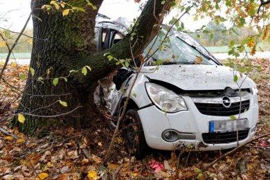 Eine 24-jährige Autofahrerin ist am Freitagmittag bei einem Unfall auf der Ortsverbindungsstraße zwischen Burgstädt und dem Lunzenauer Ortsteil Cossen gestorben.