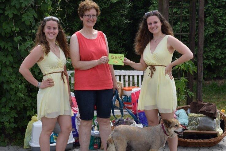 Katja Hölzel (mitte) freut sich über die Spenden von Selina (links) und Loreen Kaiser. Hündin Emma sucht derzeit eine neue Familie.