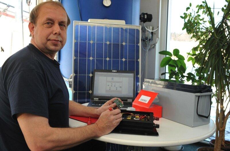 Harald Leitl bei Vorbereitungsarbeiten am Wechselrichter für die Brunnenanlage im afrikanischen Malawi.