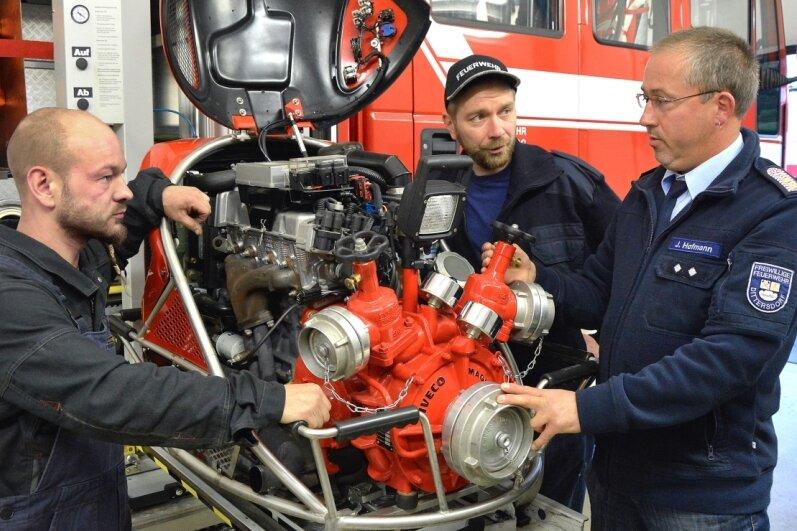 Bis nach der Ausbildung ihrem Einsatz nichts mehr im Wege steht, bekommen André Paul und Sven Kunze von Wehrleiter Jan Hofmann (v. l.) die umfangreiche Lösch- und Bergungstechnik erklärt.