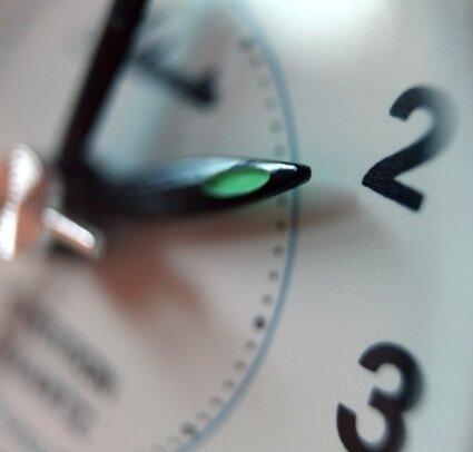Im März werden die Uhren wieder auf Sommerzeit umgestellt. Eine schnelle Abschaffung dieses Prozedere ist bislang nicht in Sicht.