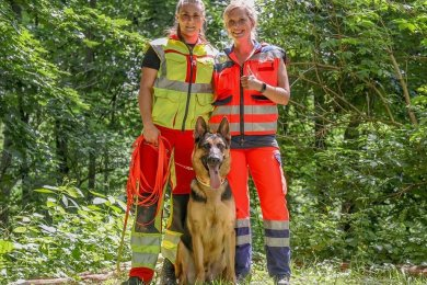 Hundeführerin Victoria Bergner mit DLRG-Rettungshund Roland jr. Böhm und Teamhelferin Lisette Sommer (v.l.) nach der bestandenen Prüfung.