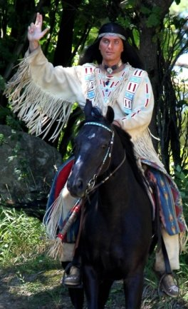 In Deutschland leibhaftig: Mescalero-Häuptling Winnetou, dargestellt von Jean-Marc Birkholz, der erst in Rathen auftrat, seit 2012 in Elspe.
