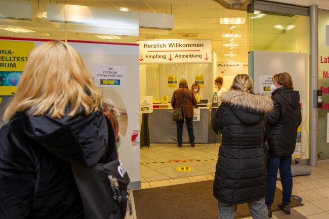 Vor den Testzentren bildeten sich am Wochenende Schlangen wie hier in den Plauener Kolonnaden.