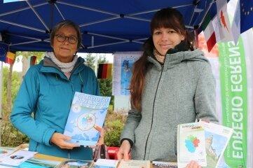 Kristin Gerhardt (rechts) und Petra Klein von der Euregio-Egrensis-Geschäftsstelle in Plauen warben in Ebersdorf für den Vogtländischen Kulturweg.