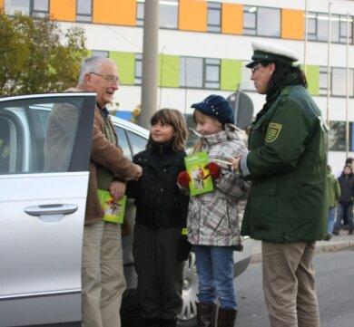 """<p class=""""artikelinhalt"""">Siegfried Hirschberg aus Niederwiesa bekam von Vivian, Theresa und Polizistin Claudia Andrä eine Danke-Karte, weil er sich an die Geschwindigkeit gehalten hat. </p>"""