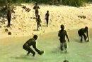 Das Standbild eines Videos zeigt Bewohner der für Außenstehende verbotenen indischen Insel. Die freiwillig abgeschottet lebenden Sentinelesen gelten als das letzte, vorjungsteinzeitliche Volk der Erde