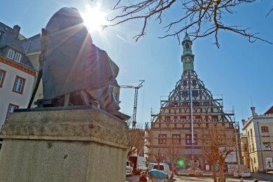 Lichtblick in der Coronakrise: Die Fassade des Zwickauer Gewandhaus ist von der Plane befreit.