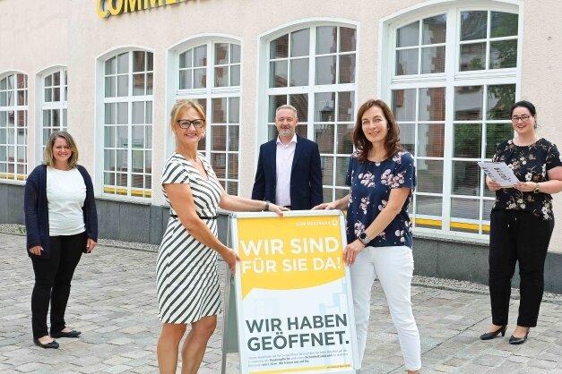 Chefin Claudia Straßburg (2. v. l.) mit ihren Kollegen Yvonne Seidel (l.), Darina Kämpf, Doreen Viehweg und Marco Greger (v. r.).