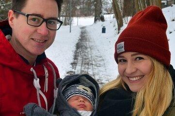 Theo Kühn mit seinen Eltern Lisa Marie Kühn und Robert Boden.