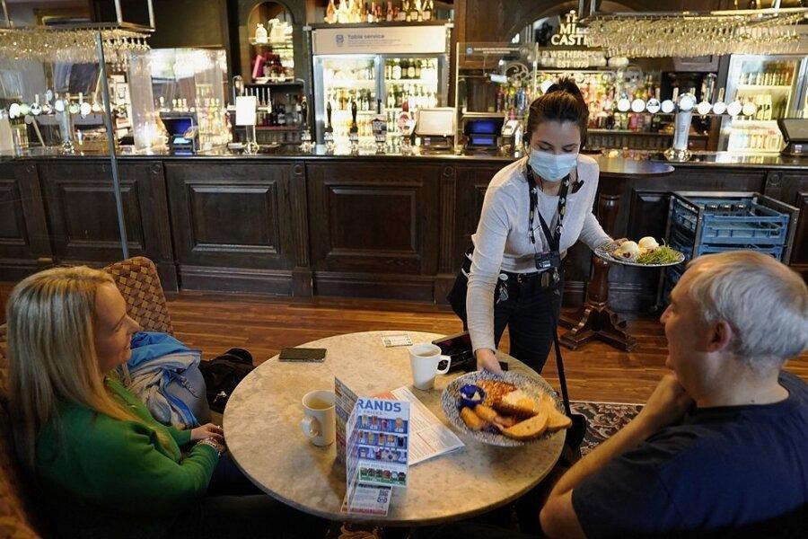 Restaurants und Pubs dürfen in Großbritannien wieder öffnen. Die neuen Freiheiten sind gleich am ersten Tag von vielen Briten genutzt worden. Auch privat dürfen sich wieder mehr Menschen treffen und müssen dabei auch keinen Abstand mehr halten.
