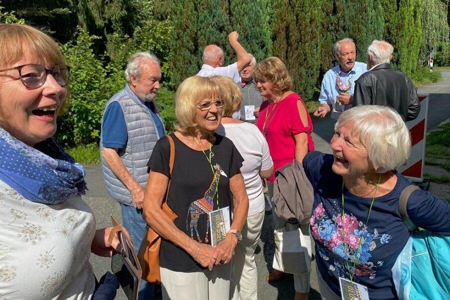 Ein bisschen Spaß muss sein. Links die Frau eines einstigen Lehrlings, in der Mitte Sabine Schmidt (früher Sabine Groß), rechts Ute Köhler (Ute Raps).