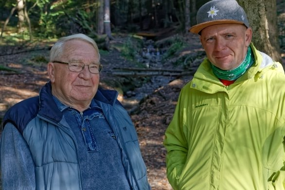 Michael Hillig (links) hat vor sechs Jahren begonnen, selbst gebaute Wasserräder im Haselbach (im Hintergrund) aufzubauen. Nun wird sich Enrico Nestler um die Sammlung kümmern.