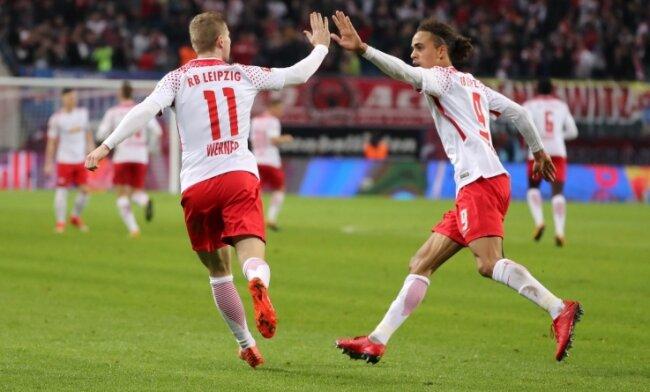 Die beiden Leipziger Torschützen klatschen ab: Yussuf Poulsen (rechts) traf zum 1:1, Timo Werner gelang später der Siegtreffer für RB.