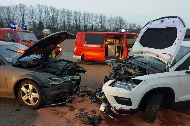 Die Unfallstelle auf dem Sachsenring. Der Schaden an den Autos beträgt laut Polizei 50.000 Euro.