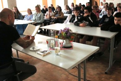 Autor Johannes Herwig vor Schülern der neunten Klasse in Lengenfeld gelesen.
