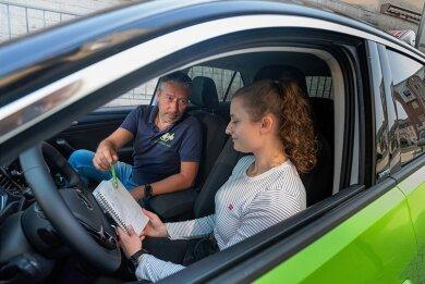 Sitzen die Vorfahrtsregeln noch? Die 19-jährige Justine Grandke lernt das Autofahren bei Alexander Köbe in Döbeln. Ihr Lehrgang hat sich wegen der Corona-Zwangspause um drei Monate verlängert.