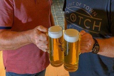 Na zdraví - zum Wohl! Die Hopfenhändler Stanislav Rohacek (l.) und Jirí Smetana aus Saaz haben sich im böhmischen Erzgebirge den Traum von der eigenen Brauerei erfüllt.