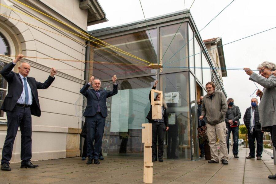 Alle ziehen in verschiedene Richtungen und können trotzdem einen Holzturm aufstapeln. Anlässlich der Eröffnung des neuen Regionalknotens im Erlauer Generationenbahnhof beteiligten sich auch Regionalentwicklungsminister Thomas Schmidt (2. v. l) und Vizelandrat Dr. Lothar Beier (l.) an einem Spiel.
