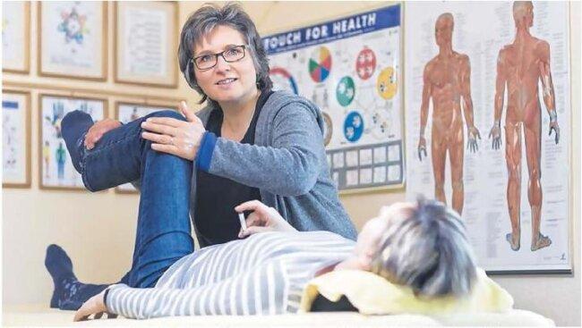 """Ein Schleudertrauma nach einem Motorradunfall war bei Carmen Gonnermann aus Dresden der Grund für jahrelange Kopfschmerzen sowie einen Schiefstand von Becken und Kiefergelenk. Orthopäde und Schmerzspezialist konnten ihr nicht helfen. Ihre letzte Hoffnung war Heilpraktikerin Anett Senwitz aus Dresden. """"Gemeinsam haben wir den Unfall aufgearbeitet, denn obwohl er so lange zurückliegt, lässt der Gedanke daran meine Muskulatur immer wieder verkrampfen. """"Mit Hilfe der Kinesiologie konnte ich das loslassen, Angst abbauen und wieder ganz gerade sein"""", sagt die 56-Jährige Patientin."""