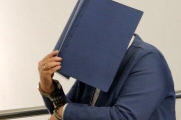 Hat eine 67-jährige Chemnitzerin (Foto) ihren Mann umgebracht, wie die Tochter behauptet? Darüber verhandelt das Landgericht.