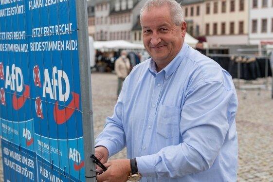 AfD-Kandidat Mike Moncsek bei einer Wahlkampfstation auf dem Rochlitzer Marktplatz. An der Rückseite einer Wand aus Wahlplakaten an einem Bauzaun konnten Wähler aufschreiben, was sie bewegt.