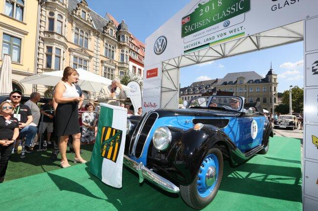 Oberbürgermeisterin Pia Findeiß (l.) gab das Startsignal für die 16. Auflage der Sachsen Classic.