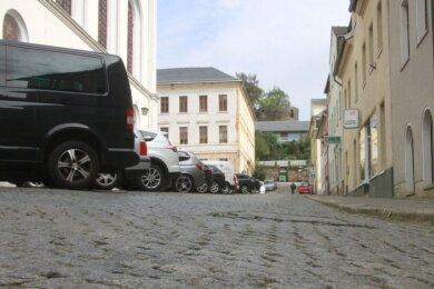 Der Kirchplatz in Elsterberg: Deutlich ist auf dem Foto der Höhenunterschied zwischen den parkenden Autos auf der linken Straßenseite und dem Gehweg rechts im Bild zu sehen - ein Zustand, den Stadtrat Thomas Steinmüller im Bauausschuss ansprach.