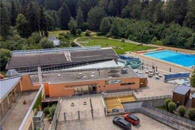 Ganzjahresbad oder Freibad? Die Zukunft der Brunner Anlage steht am Montag wieder einmal auf der Tagesordnung des Stadtrates Auerbach. Die Lager sind geteilt, jede Seite operiert mit anderen Zahlen.