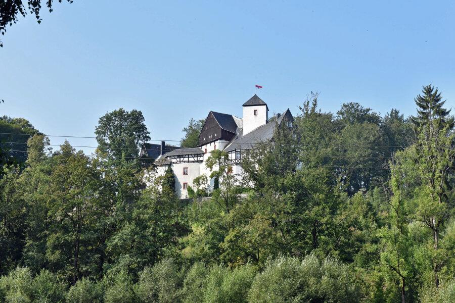 Lange Schlange vor Schloss Rauenstein