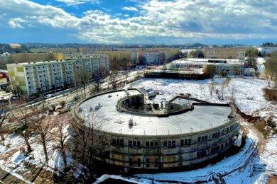 Der Rundbau mit offenem Innenhof nimmt Gestalt an: Blick aus dem alten auf das neue Schulgebäude.