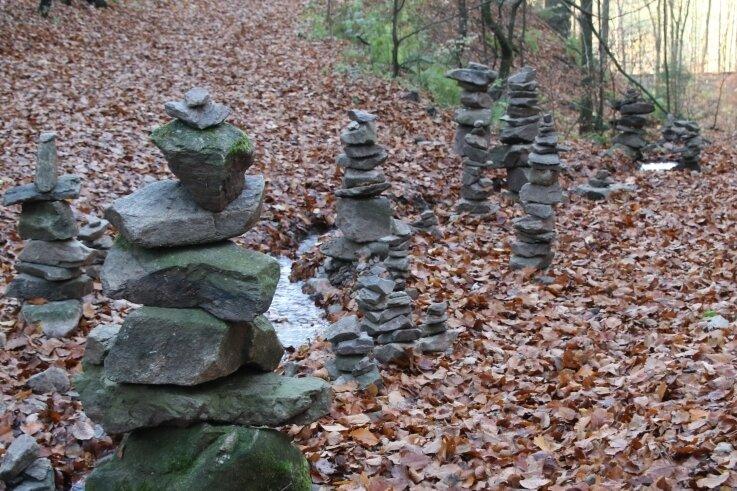 Diese Steinmännchen zieren den Wanderweg zwischen Hennersdorf und Kunnersdorf.