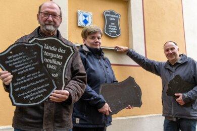 Frank Ranft (l.) und Berit Wittke vom Geschichtstreff des Heimatvereins Milkau sowie Markus Ahnert (r.) vom Verein Generationenbahnhof Erlau an der Sankt-Leonhards-Kapelle in Naundorf. Das Schild am Gebäude ist noch gut erhalten, andernorts in Erlau tut eine Überarbeitung Not.