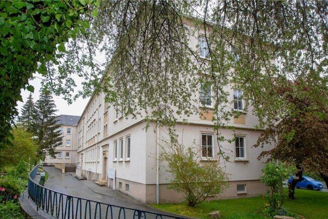 Der Gebäudekomplex Jößnitzer Straße 13/15/17 von der Rückseite aus besehen: Die WBG investiert dort siebenstellig in die Dacherneuerung, in Vollwärmeschutz und den Anbau von Balkonen.