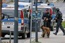 Die Moritzstraße in Limbach war an einem Abend im Juni fest in der Hand von Polizisten. Mit Hunden suchten sie nach dem bewaffneten Mann. Er wurde im Postgebäude vermutet, zu dessen Eingang die Treppe (rechts) führt. Doch nach einer Durchsuchung stand fest: Die Annahme war falsch.