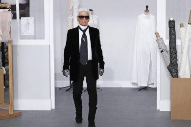 Der deutsche Modedesigner Karl Lagerfeld nimmt bei der Präsentation der Herbst/Winter 2016/2017 Kollektion für Chanel im Rahmen der Modewoche Paris den Beifall entgegen.