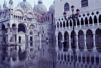 Der Dogenpalast spiegelt sich im Hochwasser.