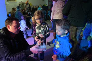Vati Sven Kästner mit Annika (5) und Nils (2) aus Mittelsaida.