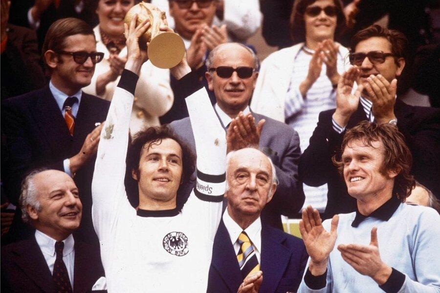 Franz Beckenbauers größter Triumph als Spieler: Weltmeister 1974 - links Bundespräsident Walter Scheel, ganz rechts Torwart Sepp Maier.