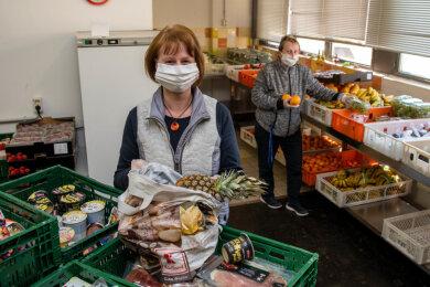 Romy Richter (vorn, stellv. Geschäftsführerin Netzwerk Mittweida) und die Tafelleiterin Marion Sommerfeldt sind dankbar und froh das die Ausgabe von Lebensmitteln derzeit gesichert ist.