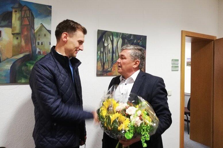 Der bisherige Bürgermeister Andreas Steiner (parteilos, rechts) war der Erste, der Martin Kunz (Bürgerliche Wählervereinigung) am Sonntagabend im Rathaus zum Wahlsieg gratulierte.