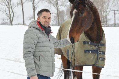 Michel Franz ist parteiloser Kandidat für das Amt des Oberbürgermeisters von Brand-Erbisdorf. Das Bild zeigt ihn auf dem Reiterhof Rosenhof in St. Michaelis, wo seine Tochter auch Reitstunden nimmt.